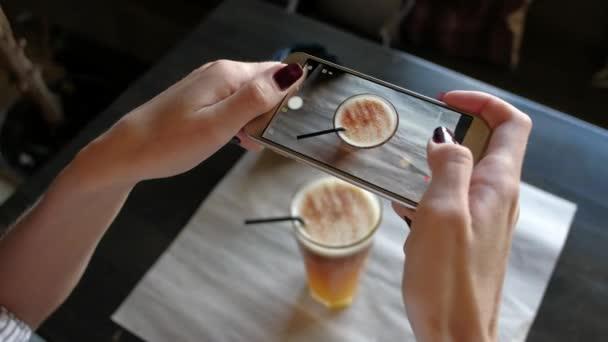 Ženské ruce fotografování kávy pomocí smartphonu