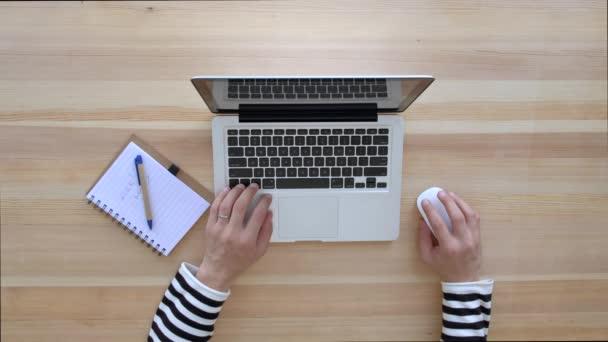 Člověk je psaní na notebooku. Pohled shora.
