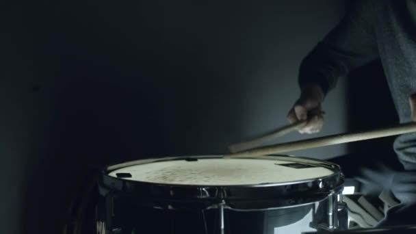 bubeník hraje s holemi na vířivý buben