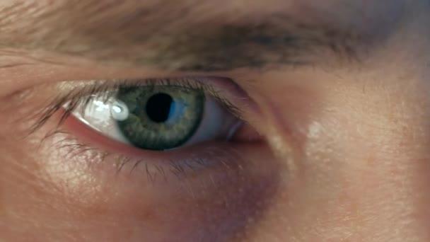 extrémní zblízka oko člověka pracovat na notebooku v noci