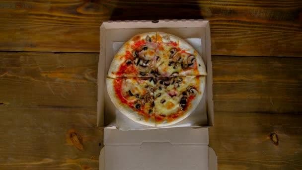 pohled shora-dva lidé si dělají kousek pizzy. 4k.