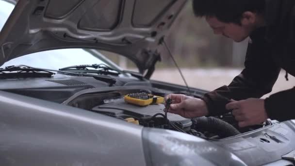 Rozený muž oprava rozbitá auta.
