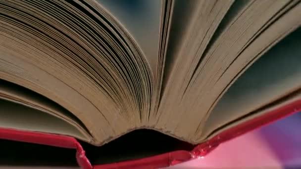 Překlopit stránky knihy.