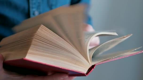 a könyv lapjain tükrözött.