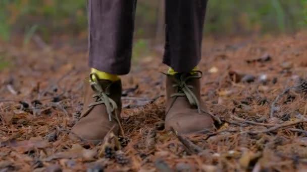 Ženské nohy se žlutými ponožkami tančí venku.