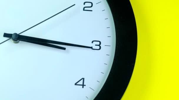 hodiny ruka se pohybuje tam a zpět