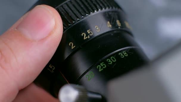 Detailaufnahmen von alten Fotokameras, Einstellung der Filmkamera.