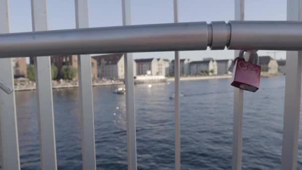 Love visací zámek na mostě Inderhavnsbroen v Kodani.
