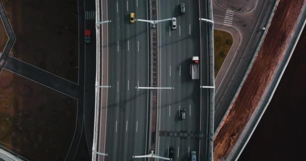 Letecký průzkum. stěhování auta na mostě. moderní silnice. pohled shora. město individuálně nebo pouliční silnice pro přepravu. koncept pro webové pozadí.