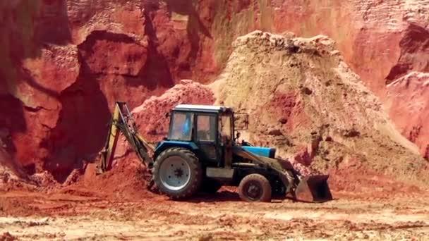 Traktor v lomu Písek