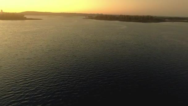 Csökken az esti folyó