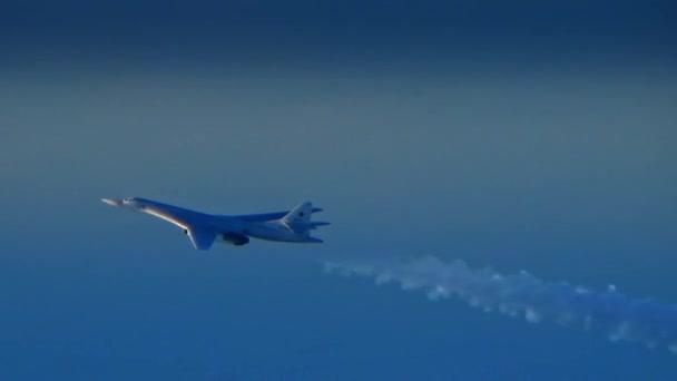 A repülőgép repül a láthatáron