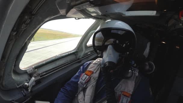 Pilot mit Helm im Cockpit