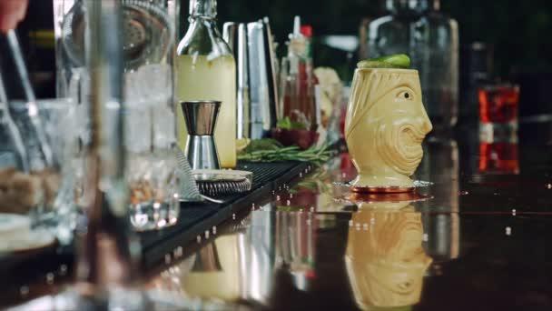 Zubereitung von Cocktails an der Bar