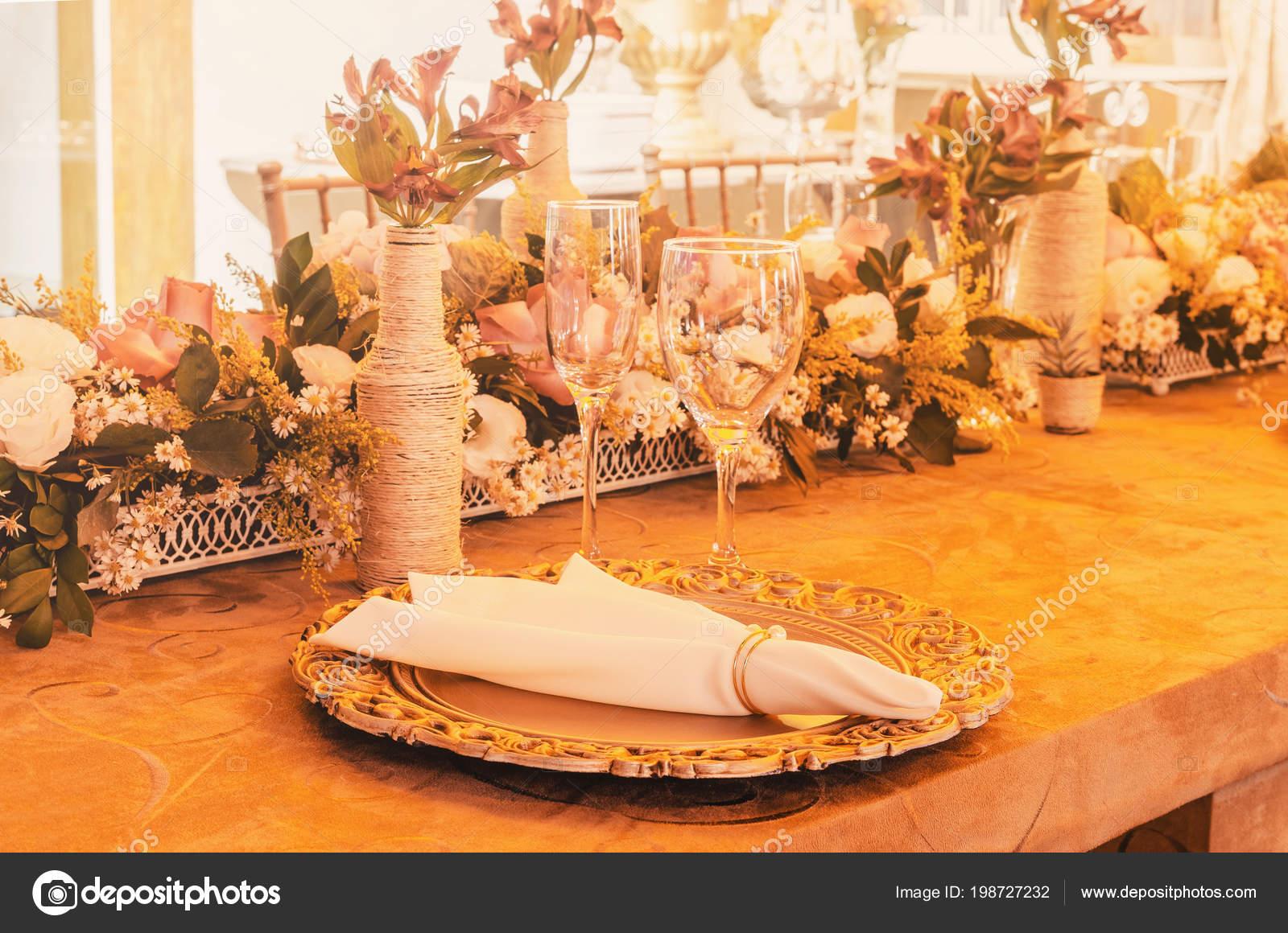 Tischdekoration Mit Goldenen Sousplat Serviette Glasschale