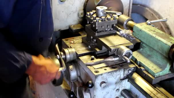 Turner bekapcsolja a gépet, és a vágó költözik a munkadarabot, amely kell feldolgozni.