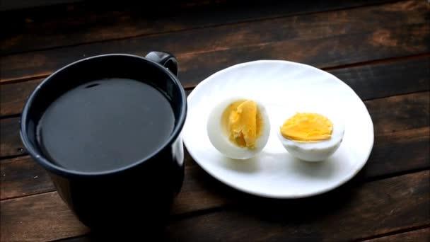 főtt tojás hazugság egy fehér tányérra tőlük megy gőz