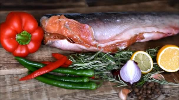 Roter Fisch roh und frisches Gemüse