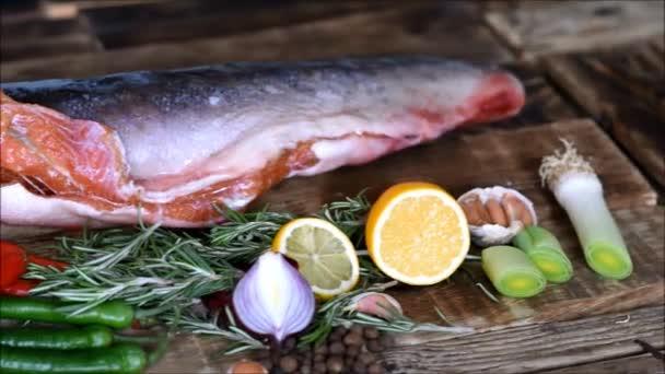piros hal nyers és friss zöldségek