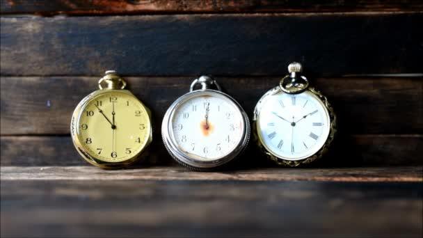 Vintage kapesní hodinky na dřevěný stůl