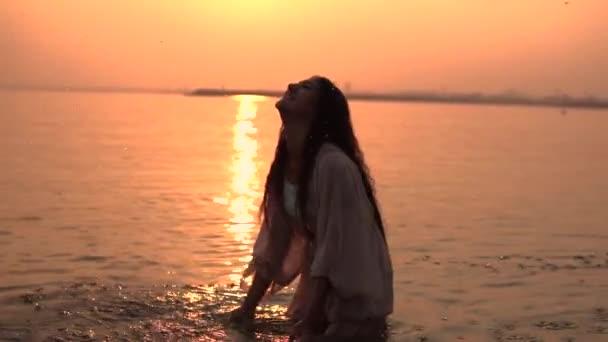 Így szép lány vízcseppek a folyó, a háttérben az a nap