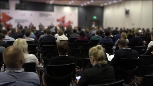 Skupina lidí poslouchá reproduktor na konferenci. Podnikatelé na konferenci. HD