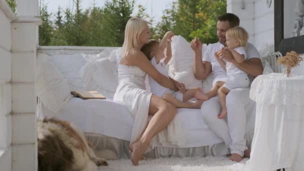 Felice famiglia di quattro persone con bambini e un cane divertirsi mostrando i gesti della mano. Relazioni familiari calde