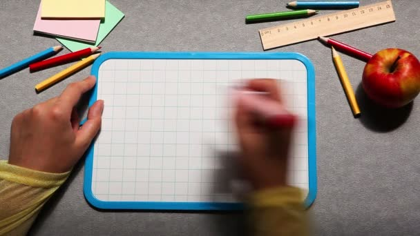 Zpátky do školy, ruční psaní textu na tabuli s jablky a tužky jako koncepce vzdělávání