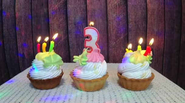 Happy harmadik születésnapját száma három gyertyát és sütemények fa háttér