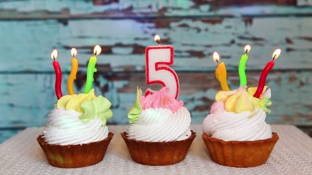 Herzlichen Glückwunsch zum fünften Geburtstag mit Kerze Nummer fünf auf Kuchen, buntes Jubiläumskonzept