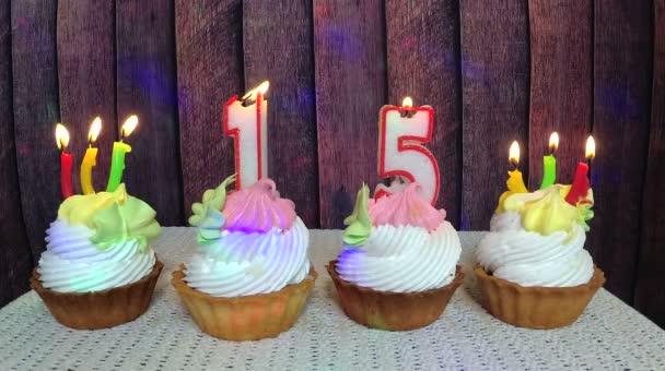 Happy narozeniny patnáct, košíčky a číslo svíčky na dřevěné pozadí
