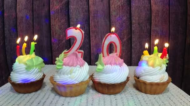 Happy Birthday Konzept mit Cupcakes und Anzahl zwanzig Kerzen auf Holz Hintergrund
