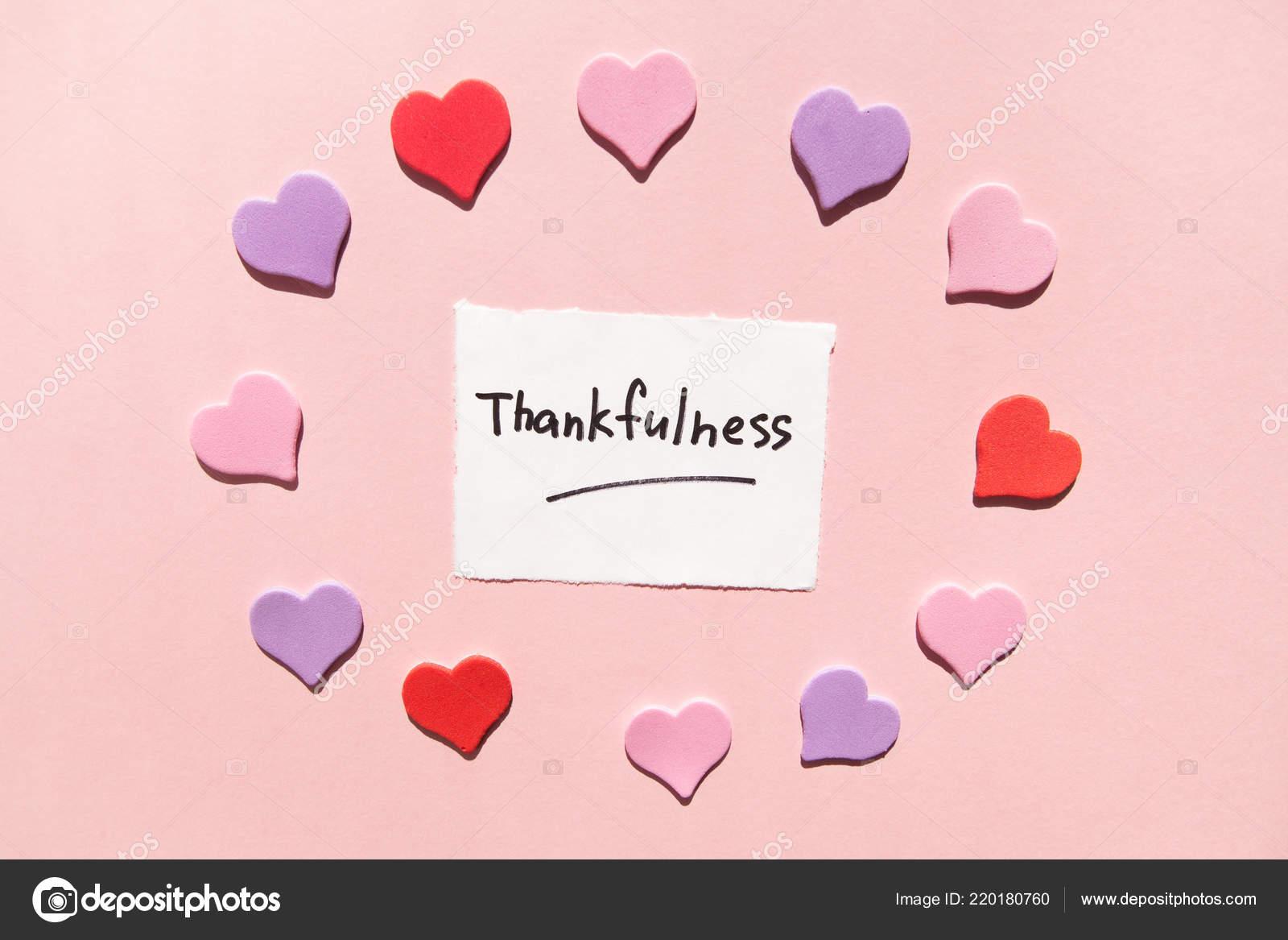 38d5edf69b10 Vděčnost Slova Papíře Růžové Pozadí Barevné Srdce Okolí — Stock fotografie