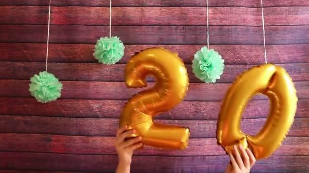 Happy dvacet narozeniny s vrtulovým pohonem zlaté číslo 20, oslavy výročí
