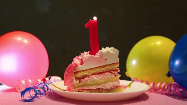 Šťastné první narozeniny dort a růžové číslo jedna svíčka s balónky a strana dekor, výročí koncepce