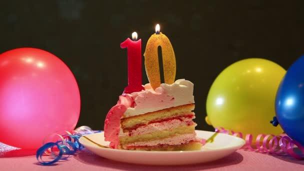 Šťastný, že Desátá narozeninový dort a růžová číslo deset svíček s balónky a strana dekor, výročí koncept