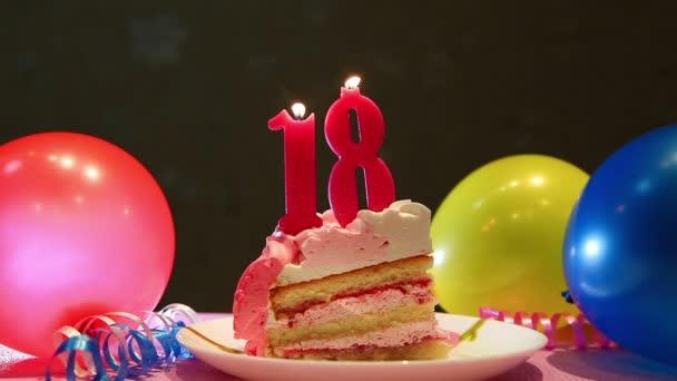 Boldog tizennyolcadik születésnap sütemény és rózsaszín száma tizennyolc gyertyák lufi és party dekoráció, évforduló koncepció