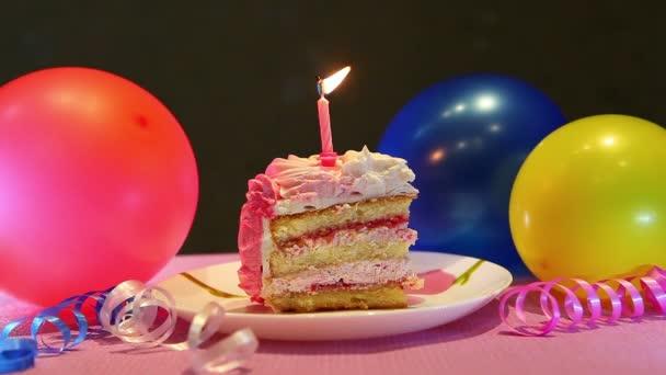 Všechno nejlepší k narozeninám dort a hořící svíčky, oslava s balónky a party výzdoba