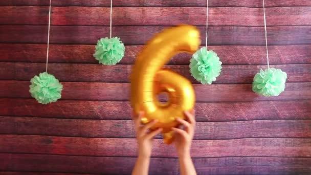Happy šesté narozeniny, zlatá s vrtulovým pohonem s číslem šest, oslava výročí s dekoracemi