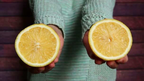 Nő, friss sárga tintával, citromos gyümölccsel, egészséges ételekkel