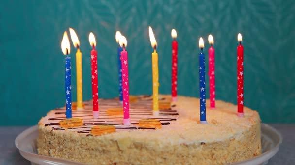 Boldog születésnapot torta égő színes gyertyák, kék háttér, évforduló ünnepség