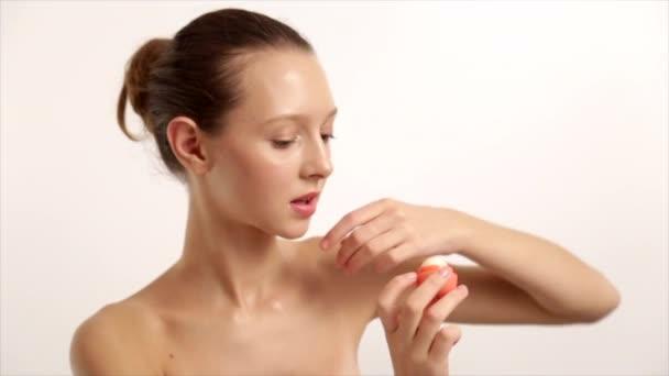 Krásné Sexy inzeruje bílé rtěnky, použít lesk na rty, s pootevřenými rty, kosmetika, Close-Up, bílé pozadí Prores