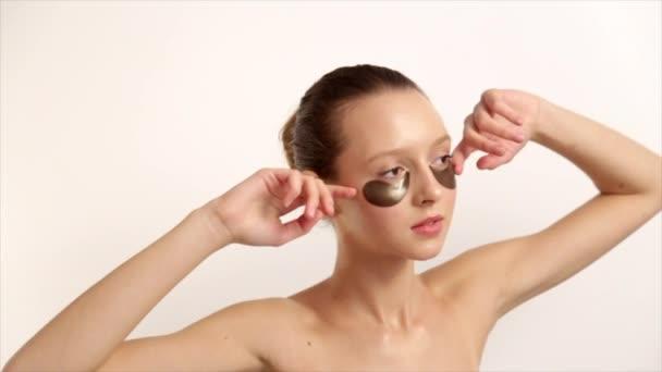 Žena s houbičkou make-up na obličej. Profesionální make-up s rukama. Péče o kůži, přírodní kosmetiku. Péče o pleť Výrobky Prores kodek