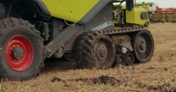 mietitore. Mietitrebbiatrice. Combine Harvester porta il mietitore alla base della fattoria in un trailer speciale dopo la fine della giornata. Fine del raccolto. Prores, Slow Motion