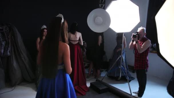 Fotografieren eines Mädchens Modell, brünett, in einem blauen Kleid, im Studio