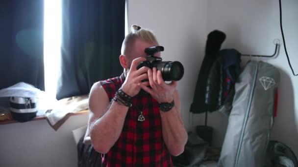 fotograf fotografuje s profesionálním fotoaparátem ve studiu