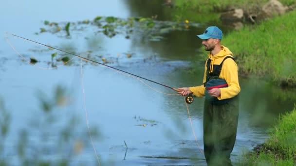 férfi Halász kezében egy Horgászbottal, dob egy úszó, a halászat a folyón