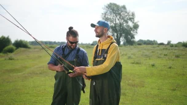 két férfi Halász kezében egy Horgászbottal és egy úszó, kommunikálni egymással