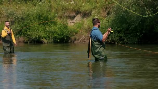 Rybařit, dva muži rybařit na řece, stát ve vodě, malý proud