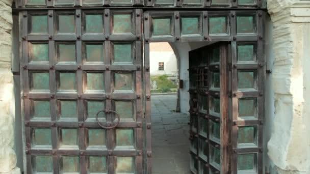 nagy, fából készült kapuk az ókori vár, zöld színű kopott falak